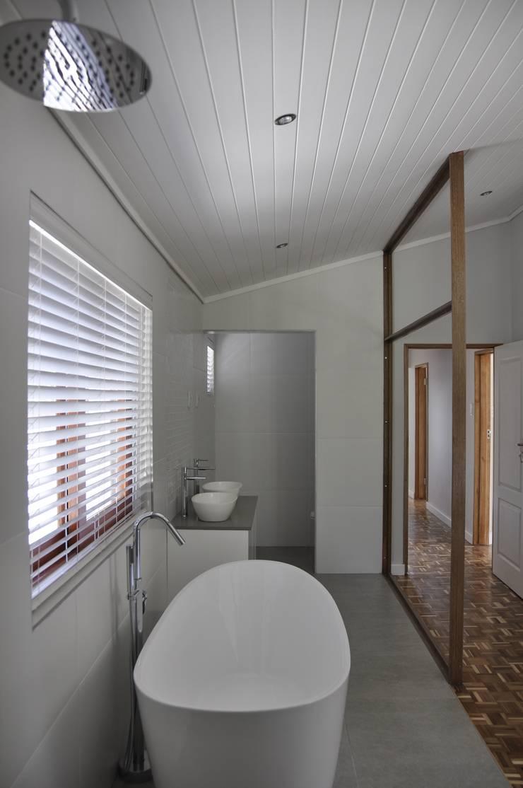 Barbosa Home:  Bathroom by Cornerstone Projects, Scandinavian