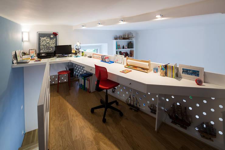 Soppalco su misura: Sala multimediale in stile  di officinaleonardo