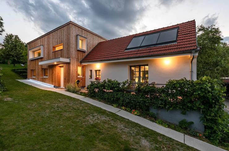 Ökologischer Zubau aus Holz und Stroh:  Häuser von AL ARCHITEKT - Architekten in Wien