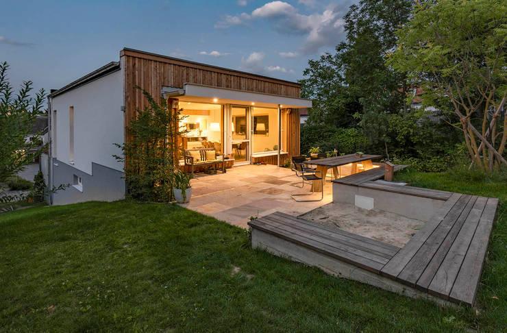 Holterrasse und Holzfassade:  Häuser von AL ARCHITEKT - Architekten in Wien
