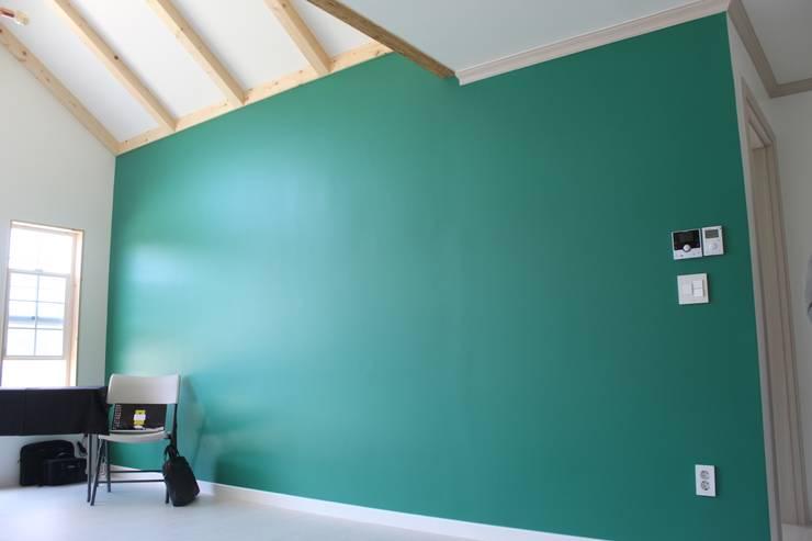 거실 색채: 나무집협동조합의  거실