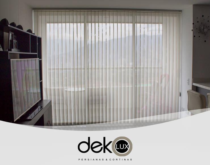 Vertical Screen: Puertas y ventanas de estilo  por Dekolux Persianas y Cortinas