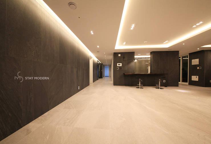 Salones de estilo  de 스테이 모던 (Stay Modern), Moderno