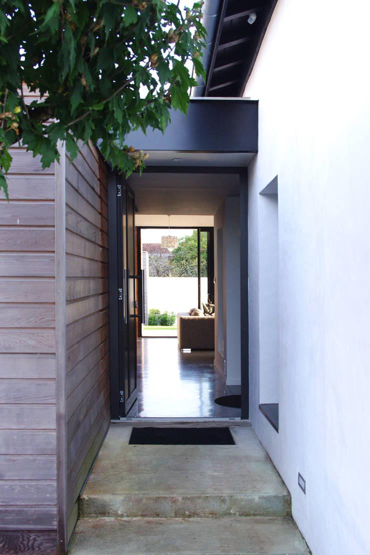 Entrée traversante: Maisons de style  par Créateurs d'interieur