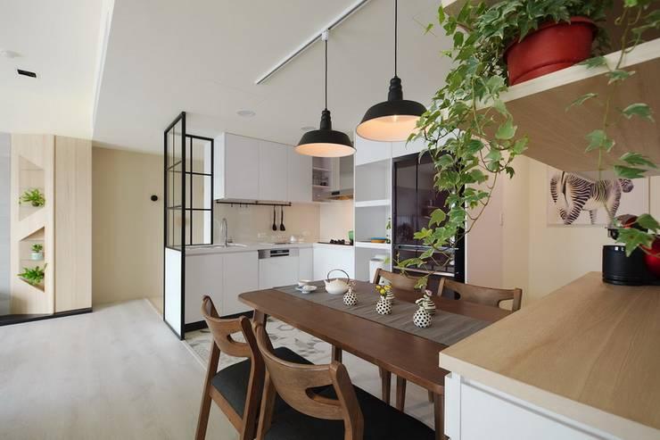 北歐療癒小清新:  餐廳 by 微自然室內裝修設計有限公司