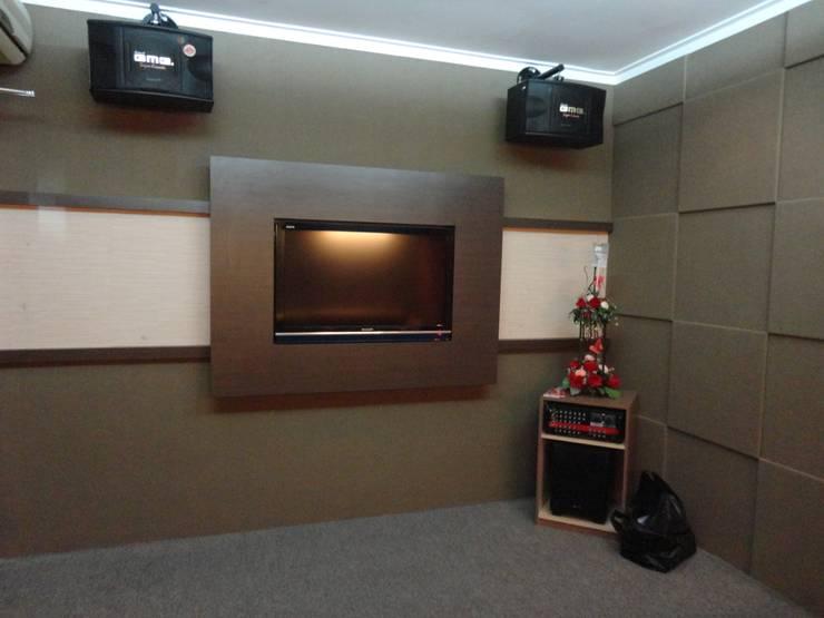 Interior Ruangan Karaoke:  Bar & Klub  by POWL Studio