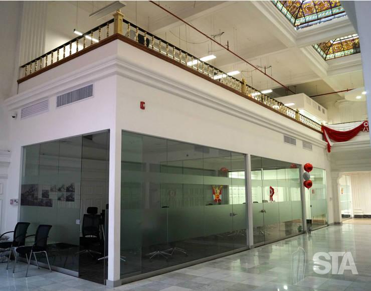 Salas de reuniones - Mezzanine: Oficinas y Tiendas de estilo  por Soluciones Técnicas y de Arquitectura ,