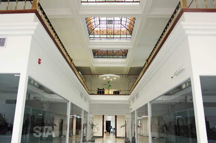 Lobby Principal: Oficinas y Tiendas de estilo  por Soluciones Técnicas y de Arquitectura ,