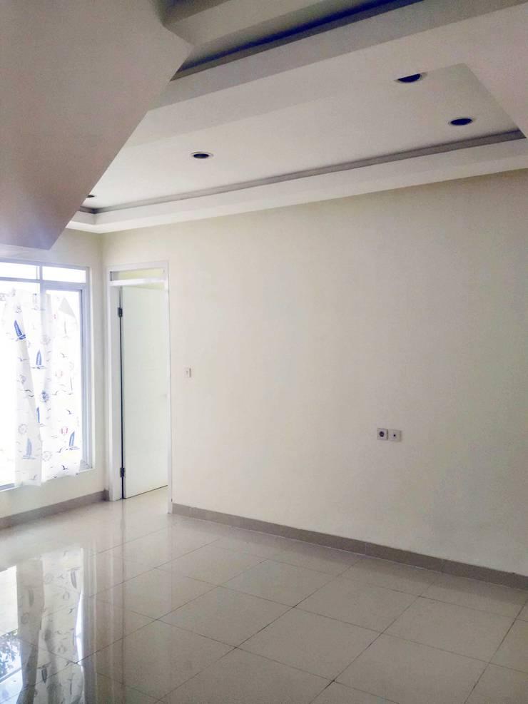 ruang keluarga:  Ruang Keluarga by daun architect