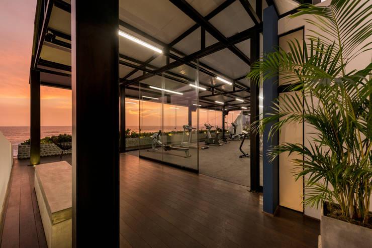 GIMNASIO PACIFICO SUR: Bares y Clubs de estilo  por NIKOLAS BRICEÑO arquitecto, Moderno