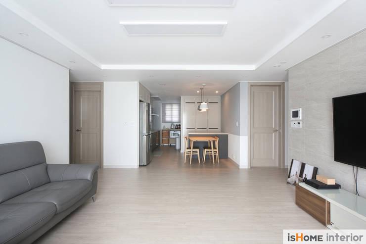 아늑함과 모던함이 동시에 느껴지는 34평 신혼집: 이즈홈의  거실,