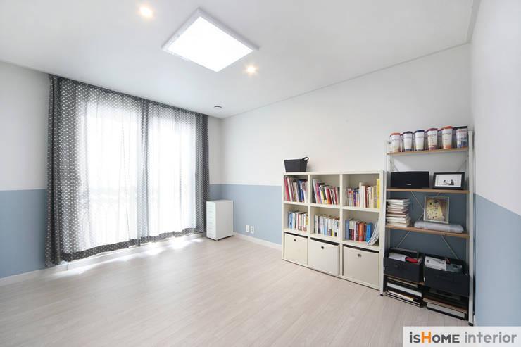 아늑함과 모던함이 동시에 느껴지는 34평 신혼집: 이즈홈의  방,