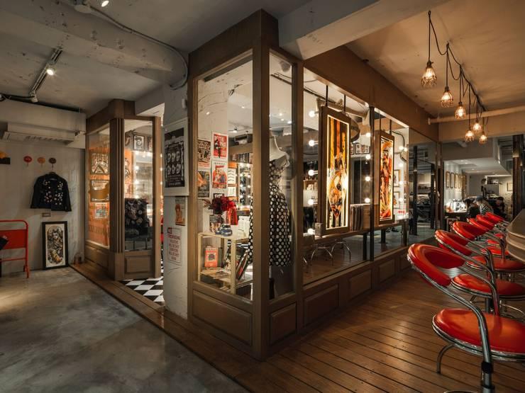 髮廊外的空間則是刺青店:  辦公空間與店舖 by On Designlab.ltd