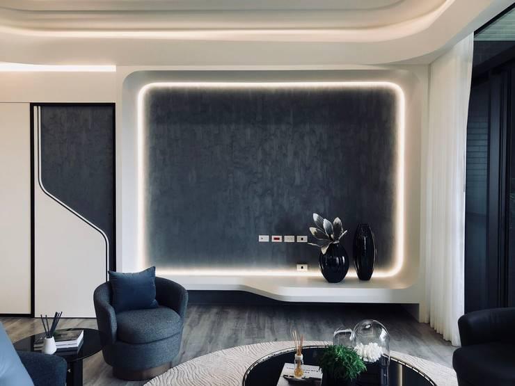 電視牆下不使用櫃體讓空間更加流暢:  客廳 by On Designlab.ltd