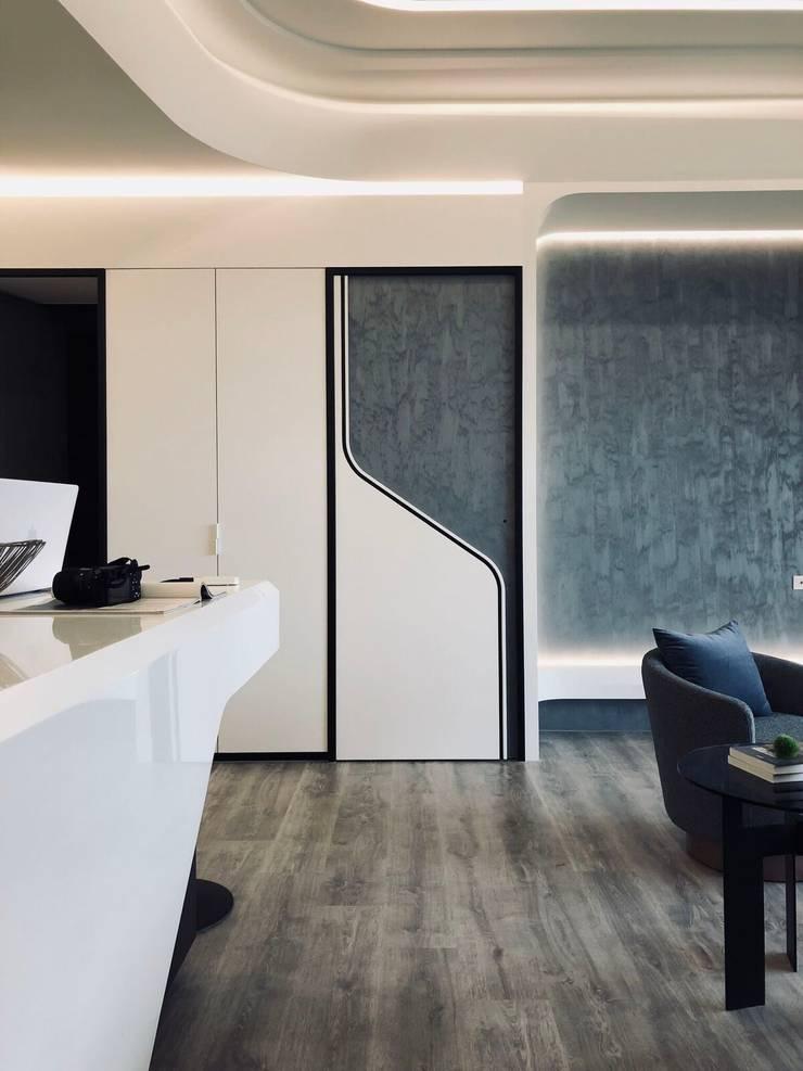 房門上的設計也使用線條讓人感覺俐落:  客廳 by On Designlab.ltd