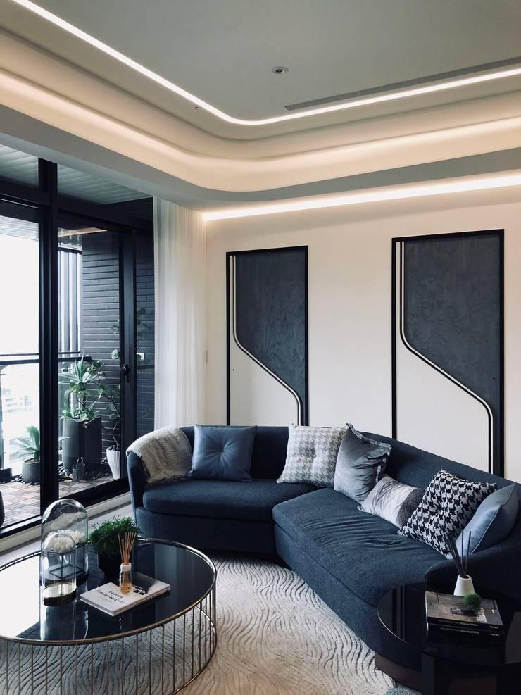 沙發也搭配整個空間圓弧主題:  客廳 by On Designlab.ltd