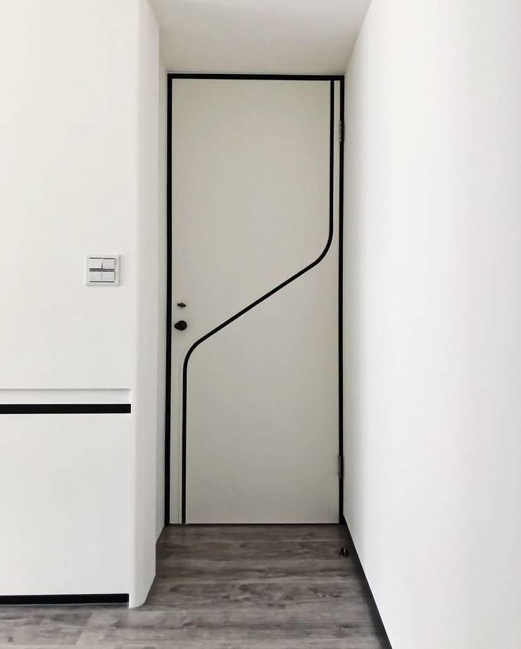 大門使用簡單的線條裝飾:  室內門 by On Designlab.ltd
