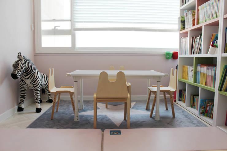 아이방을 위한 스노우책상 : 토끼네집의  아이 방