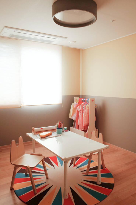 아이방을 위한 스노우책상 : 토끼네집의  아이 방,