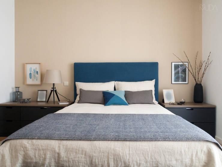 Quarto Azul e Cinza: Quartos  por MUDA Home Design