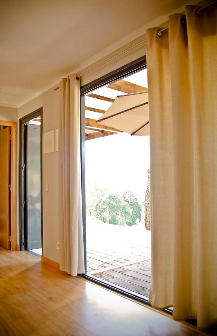 Bungalow Wood Alcobaça - Interior - 2: Salas de estar  por goodmood - Soluções de Habitação