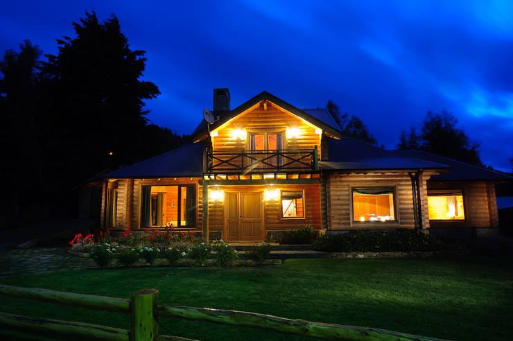 Casa Amancay Ι San Martín de los Andes, Neuquén. Argentina.: Casas unifamiliares de estilo  por Patagonia Log Homes - Arquitectos - Neuquén,Rural