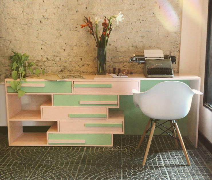 Cómoda con escritorio integrado Octopus: Dormitorios de estilo  por Sibonia