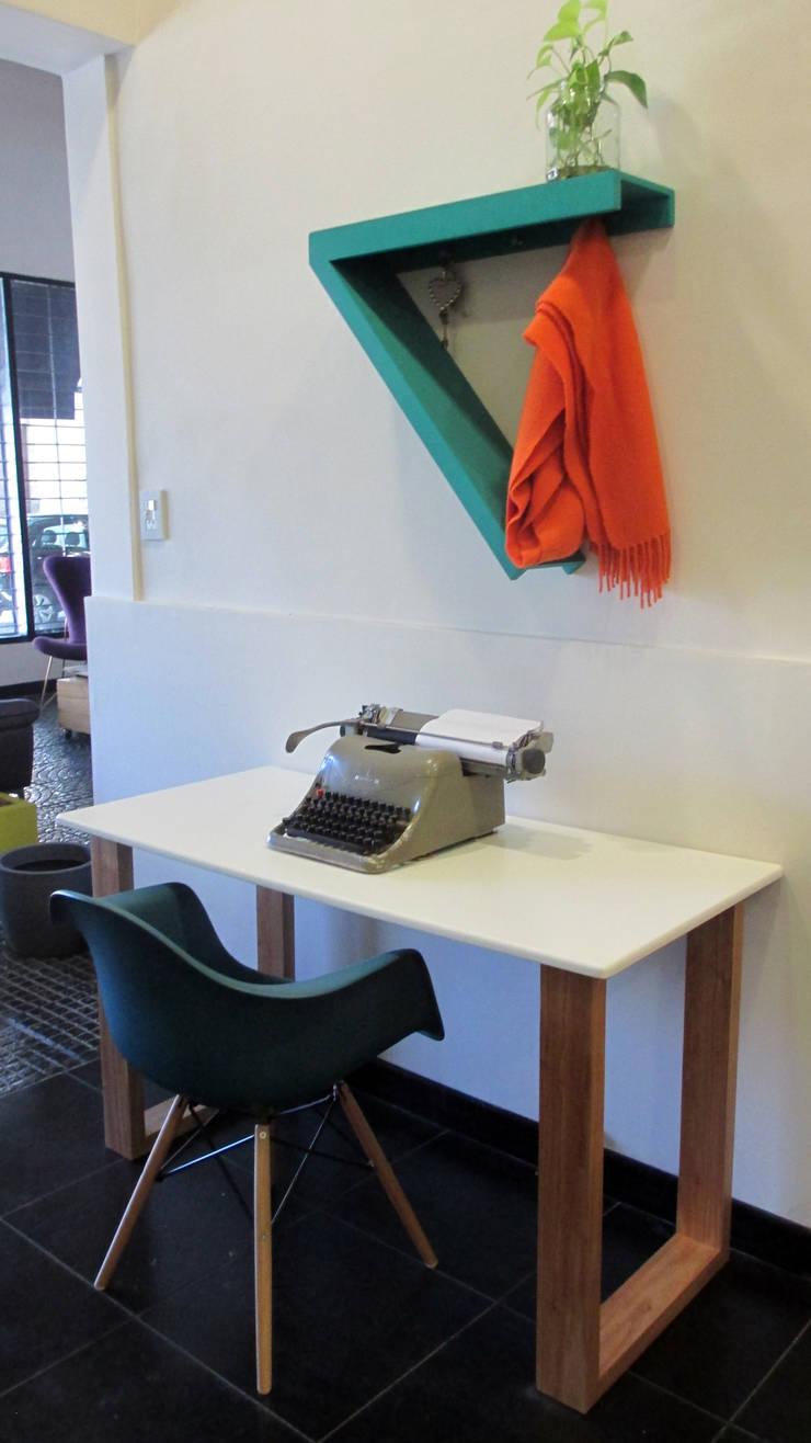 Escritorio Lollapalooza: Dormitorios de estilo  por Sibonia,