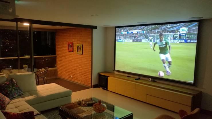 Proyecto de Domótica en San lucas Medellín:  de estilo  por casa inteligente
