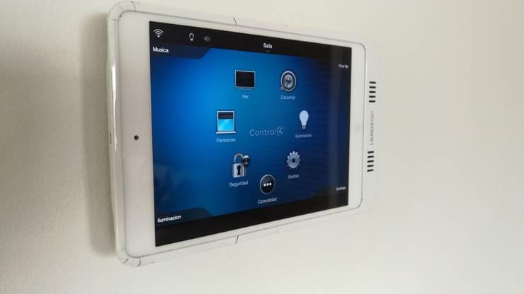 touch screen con el Ipad en la pared :  de estilo  por casa inteligente