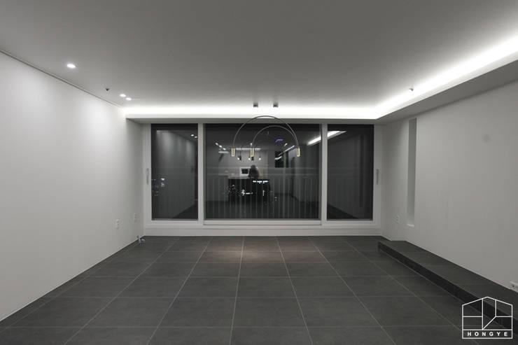Salas / recibidores de estilo  por 홍예디자인
