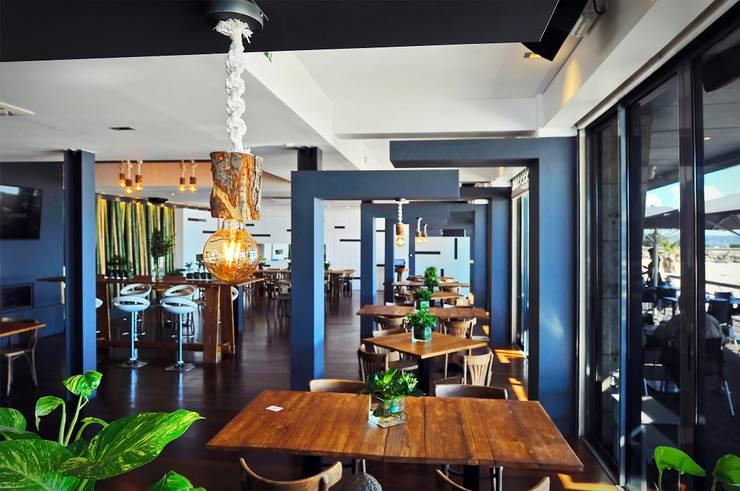 Projeto de decoração do Restaurante BBeach na Praia da Torre em Oeiras: Salas de jantar  por Officina Boarotto