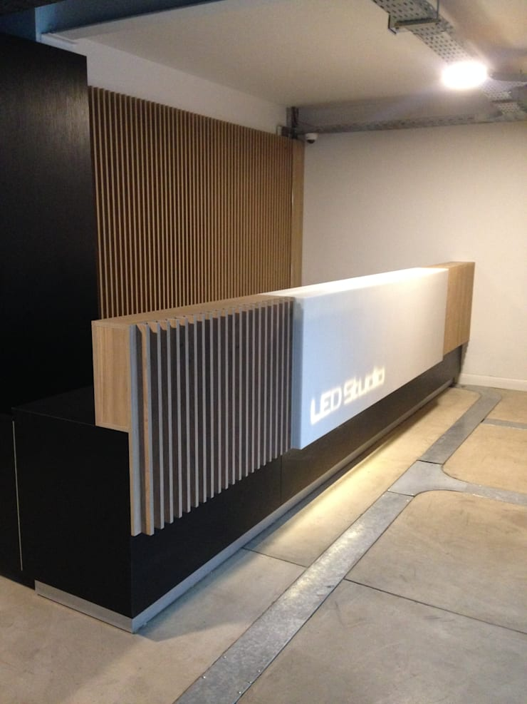 LED Studio - Las Condes: Estudio de estilo  por TONINO