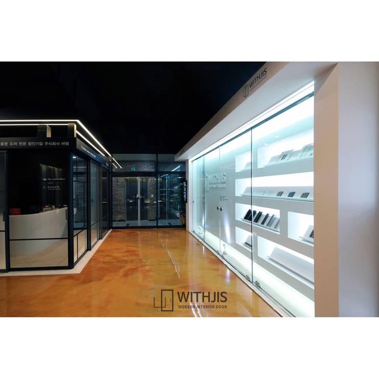 위드지스 청주전시장 내부: WITHJIS(위드지스)의  복도 & 현관,모던 알루미늄 / 아연