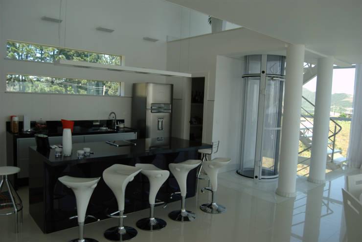 Casa Condomínio Vila Alpina - Nova Lima: Armários e bancadas de cozinha  por Marcelo Sena Arquitetura