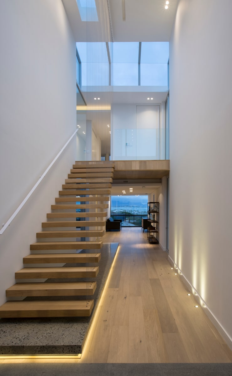 Beach House, Melkbos:  Corridor & hallway by GSQUARED architects,