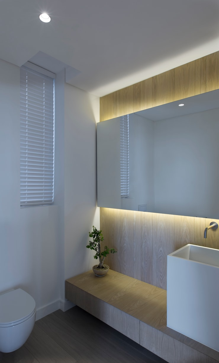 Beach House, Melkbos:  Bathroom by GSQUARED architects,
