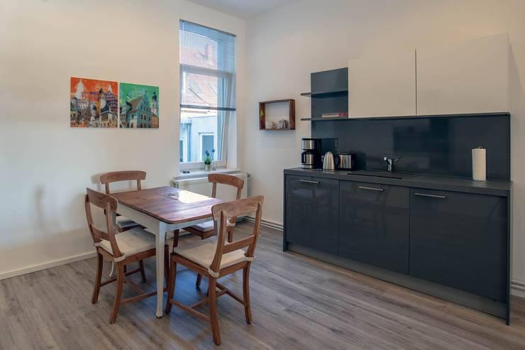 Nachher - Küche Ferienwohnung:   von INTERIORDESIGN - Jedes Geschäft braucht ein Gesicht. Jede Wohnung eine Seele