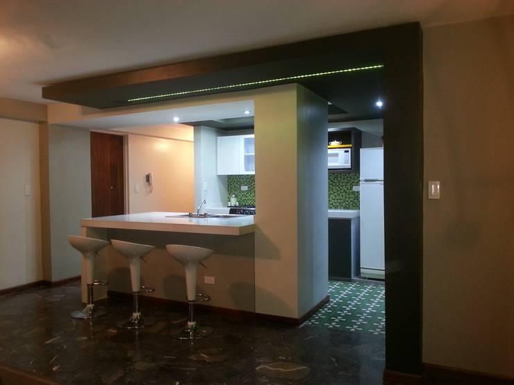 Vista lateral derecha: Cocinas equipadas de estilo  por MARATEA Estudio