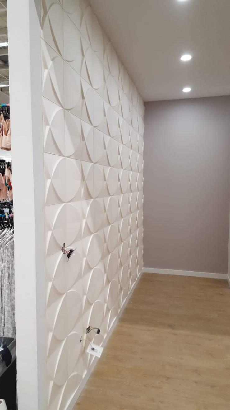 INSTALACIONES INSTITUCIONALES REVESTIMIENTOS DECORATIVOS PANEL 3D - DECKO BOARD  : Vestidores de estilo  por TITAN DECKO , Moderno