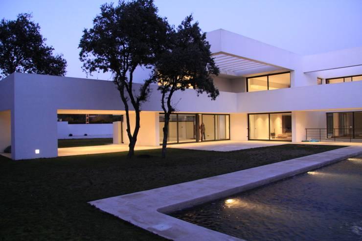 Fachada : Casas de estilo  de Otto Medem Arquitectura S.L