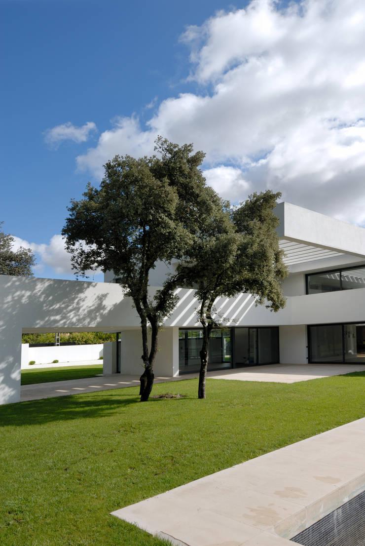 Construir vivienda unifamiliar en Madrid, arquitectura: Jardines de estilo  de Otto Medem Arquitecto vanguardista en Madrid