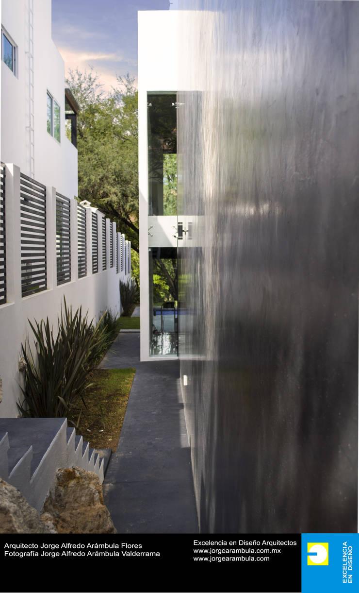 Casa N1: Casas unifamiliares de estilo  por Excelencia en Diseño,