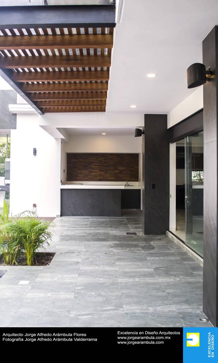 Casa N1: Terrazas de estilo  por Excelencia en Diseño,