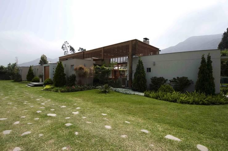CASA DE CAMPO: Casas de campo de estilo  por SERZA ARQ CONSTRUCTION SAC