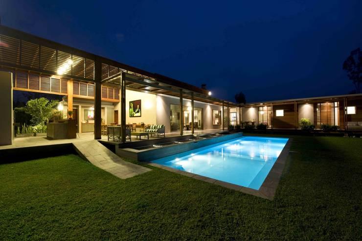 CASA DE CAMPO: Piscinas de jardín de estilo  por SERZA ARQ CONSTRUCTION SAC