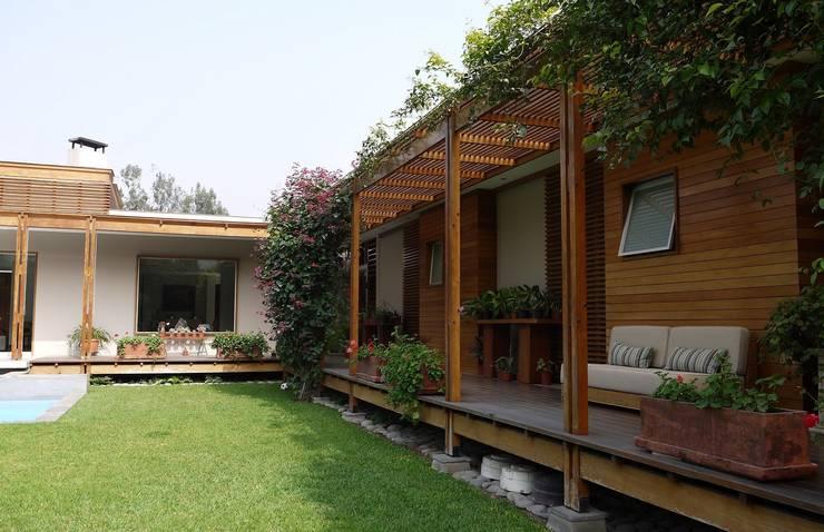 CASA DE CAMPO: Balcones, porches y terrazas de estilo  por SERZA ARQ CONSTRUCTION SAC