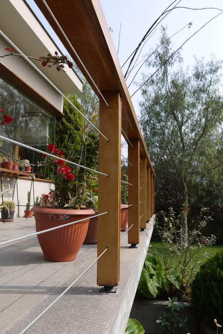 CASA DE CAMPO: Paisajismo de interiores de estilo  por SERZA ARQ CONSTRUCTION SAC