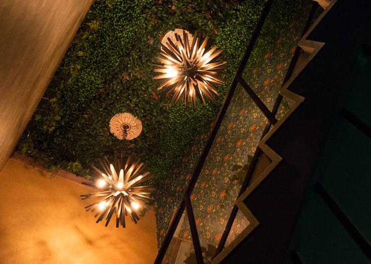 CASACOR  2018 - ESCALINATA PRINCIPAL : Escaleras de estilo  por Luis Escobar Interiorismo