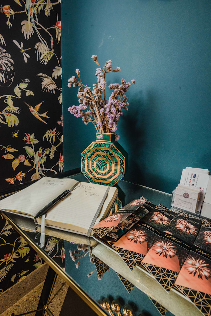 CASACOR  2018 – ESCALINATA PRINCIPAL : Escaleras de estilo  por Luis Escobar Interiorismo